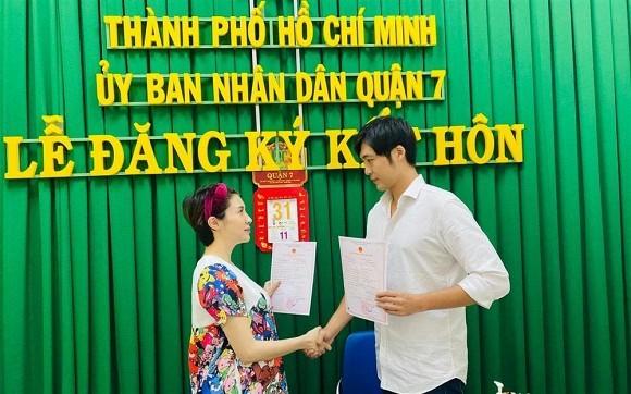 Trên trang cá nhân của Pha Lê, nữ ca sĩ cho biết, cảm giác vẫn chưa quen khi nghĩ mình có chồng.