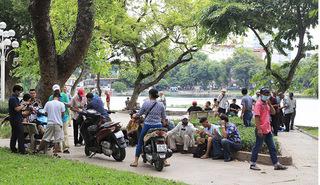 Bất chấp lệnh tạm dừng từ 1/8, nhiều quán trà đá ở Hà Nội vẫn tấp nập