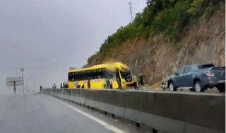 Tin tức tai nạn giao thông ngày 01/8: Xe khách chở 15 người tông vách núi, 3 người bị thương