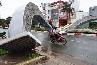 Hai cổng hoa cao 7 m ở Vũng Tàu bị gió quật đổ sập xuống đường
