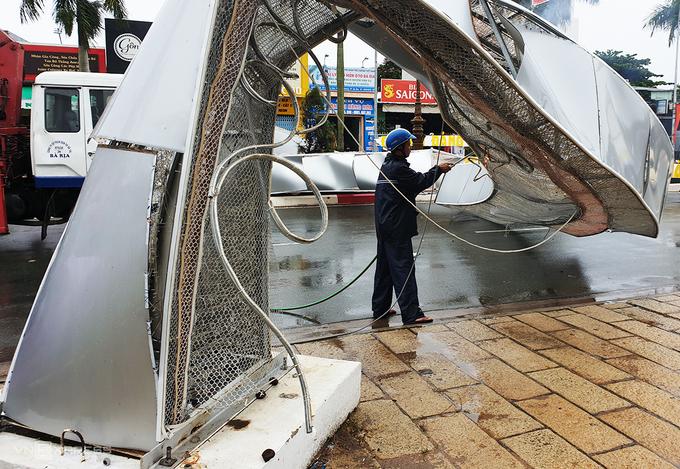 Gió giật quật đổ hai cổng hoa cao 7 m ở Vũng Tàu