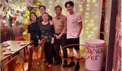 Đăng ảnh mừng sinh nhật mẹ, Ngô Kiến Huy khiến fan xót xa với đôi chân khẳng khiu
