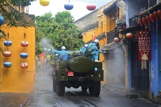 Quân đội phun khử khuẩn phòng dịch Covid-19 toàn quận Sơn Trà, Đà Nẵng