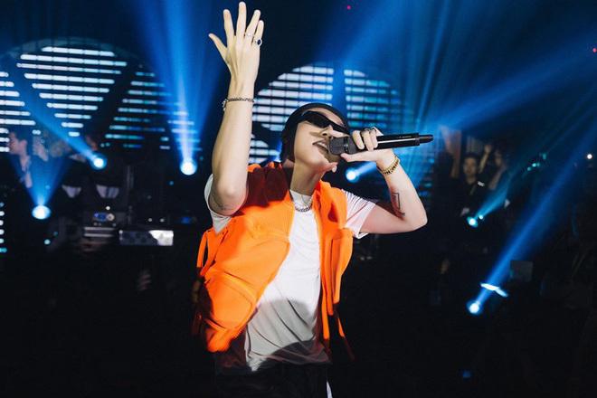 Kay Trần đã công khai mặc đồ đôi với Sơn Tùng