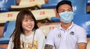 Quang Hải xỏ dép sandal của bạn gái Huỳnh Anh tạo dáng 'chất'