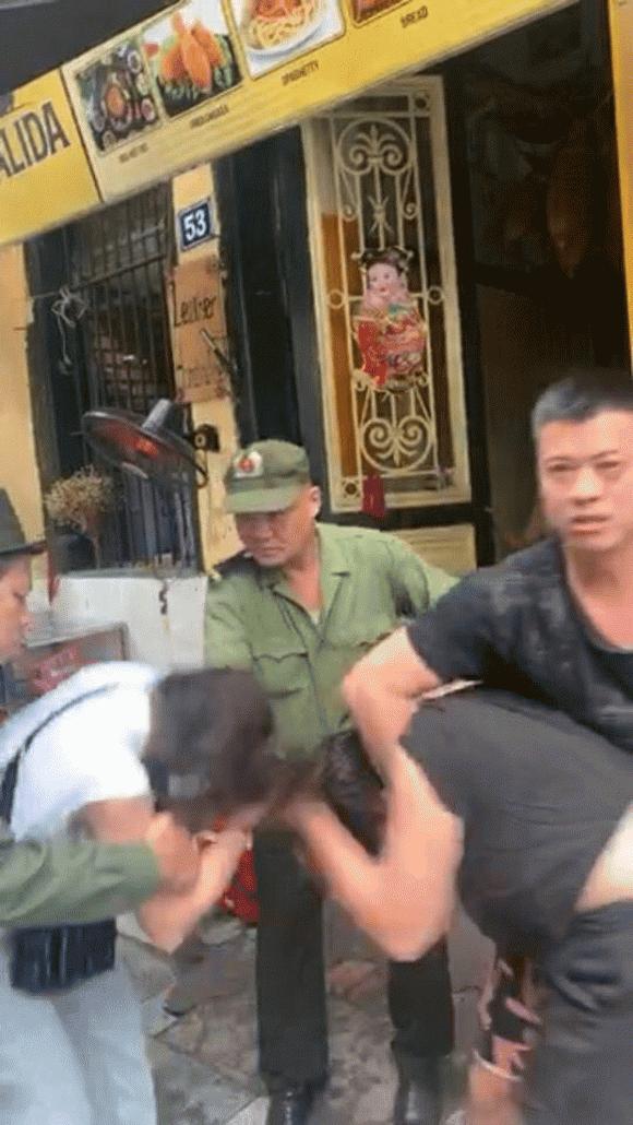 Xôn xao hình ảnh Lưu Đê Ly đánh nhau với anti-fan trên phố Hàng Buồm