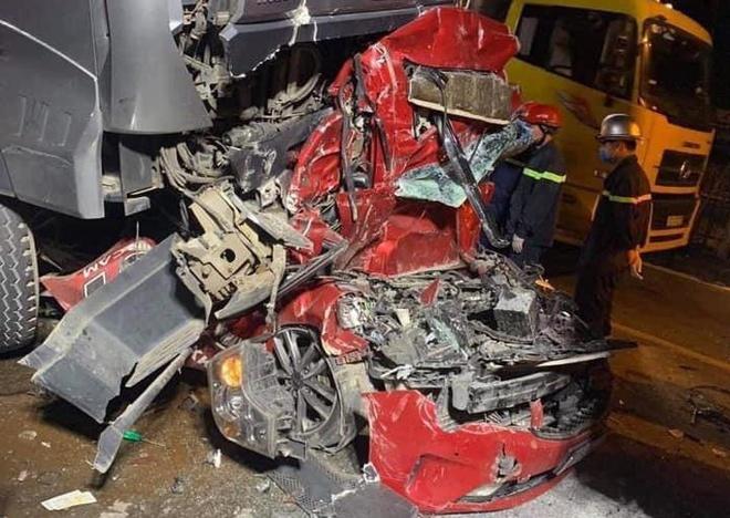 Danh tính 3 người chết khi container đè bẹp dúm xe con chờ đèn đỏ