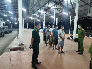 6 người đi bộ men theo bờ biển từ Đà Nẵng ra Huế trốn cách ly