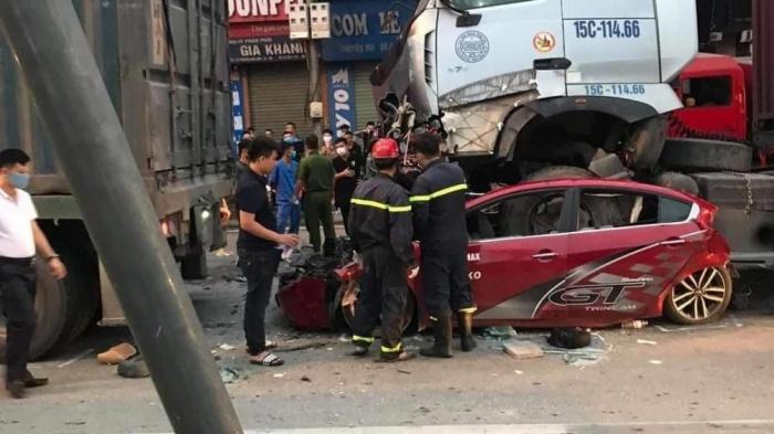Lực lượng chức năng khám nghiệm hiện trường vụ tai nạn