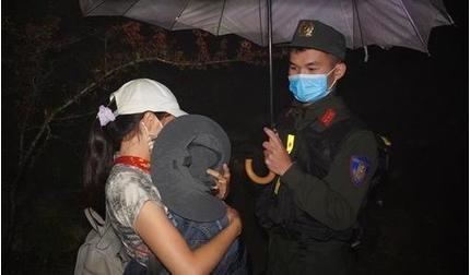 Mẹ bế con 1 tuổi băng rừng nhập cảnh trái phép về Việt Nam trong đêm