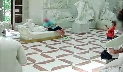 Du khách làm vỡ tác phẩm điêu khắc hơn 200 năm tuổi trong bảo tàng Ý