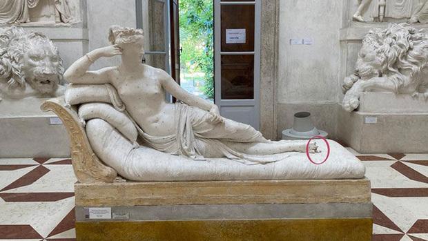 Tạo dáng chụp ảnh trong bảo tàng người đàn làm vỡ tượng hơn 200 năm tuổi. 1