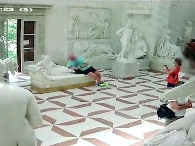 Tạo dáng chụp ảnh trong bảo tàng người đàn làm vỡ tượng hơn 200 năm tuổi