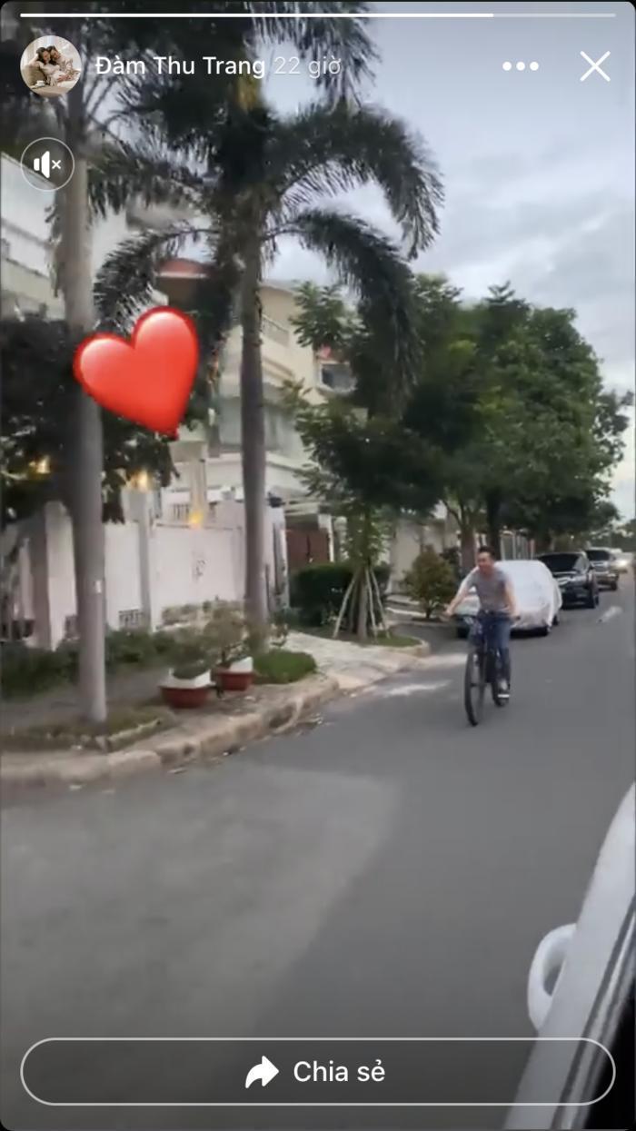 Đàm Thu Trang 'cưỡi' xế hộp 8 tỷ, Cường Đô La lẽo đẽo đạp xe theo sau
