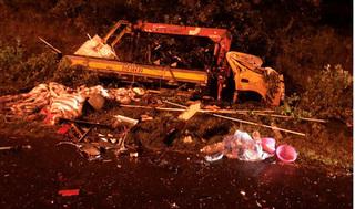 Hai xe tải đấu đầu, 3 người thương vong