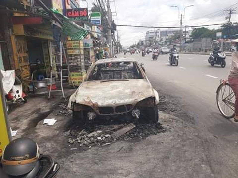 Xế sang BMW trơ khung sắt sau 2 lần bốc cháy giữa đêm