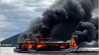 Tàu du lịch chở 21 hành khách đi đảo Hải Tặc bốc cháy dữ dội