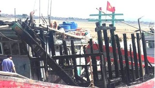 Tàu cá cháy rụi bất thường khi đang neo đậu tránh bão