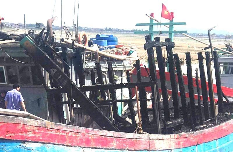 Tàu cá cháy rụi bất thường khi đang neo đậu, thiệt hại hơn 1 tỷ đồng