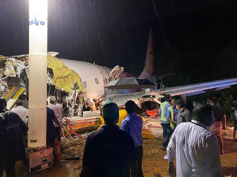 Máy bay Ấn Độ gãy đôi sau khi trượt khỏi đường băng, 20 người tử vong