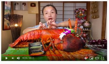 Quỳnh Trần JP ăn mừng kênh YouTube đạt 1 tỷ lượt xem bằng tôm hùm Alaska