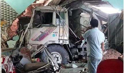 Xe ben mất lái tông 3 nhà dân, nhiều người bị thương