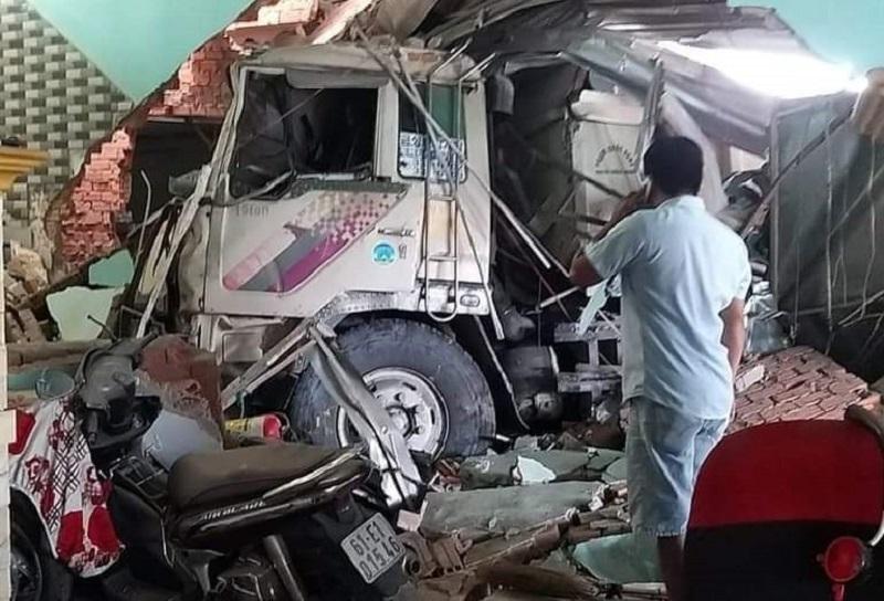 Xe ben tông 3 nhà dân, nhiều người bị thương
