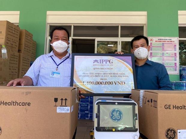 Bố chồng Hà Tăng - Johnathan Hạnh Nguyễn tặng 10 máy chống covid-19