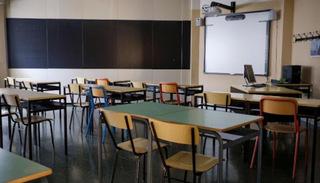 Trường học ở Ý cưa nhỏ bàn ghế để học sinh thực hiện giãn cách xã hội
