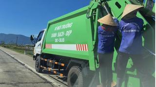 4 nữ công nhân đu bám sau xe thu gom rác chạy vun vút rên QL 1A