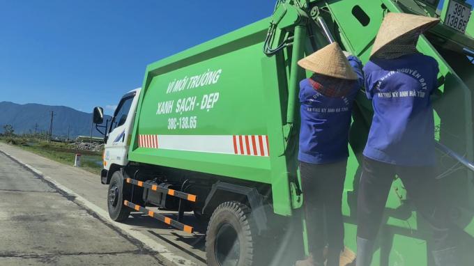 Phát hoảng cảnh 4 nữ công nhân đu bám sau xe thu gom rác thải