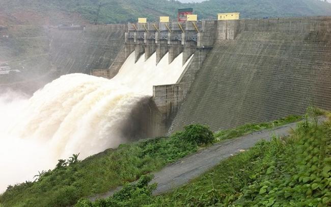 Một người chết do dùng thuyền hơi để chinh phục dòng thác cửa xả thủy điện