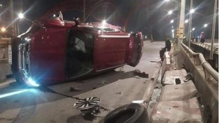 Tin tức tai nạn giao thông ngày 9/8: Ô tô tông vào lan can cầu khiến 2 người bị thương