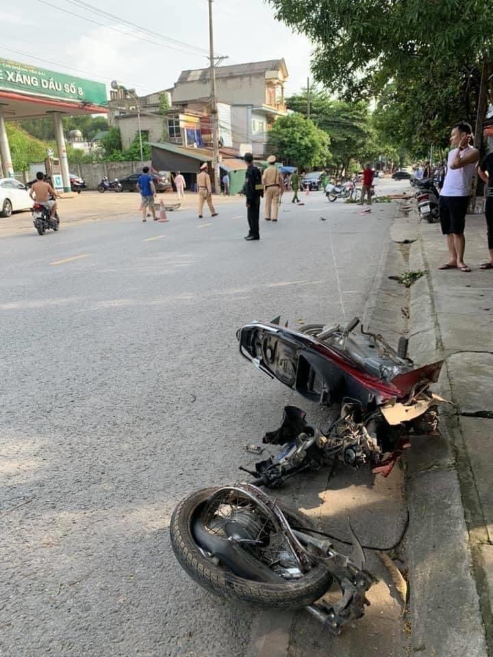 Yên Bái: Va chạm với xe khách, xe máy đứt đôi khiến nam sinh tử vong