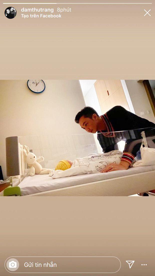 Đàm Thu Trang khoe khoảnh khắc Cường Đô La âu yếm bên con gái mới chào đời