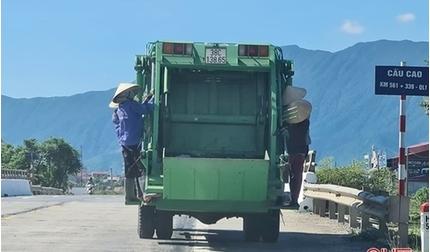 Tước bằng lái tài xế xe thu gom rác có 4 nữ công nhân bám vào thùng