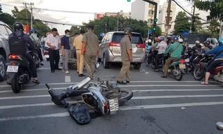 Bị công an truy đuổi, băng cướp giật hoảng loạn đâm vào ô tô