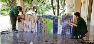 Bị kiểm tra, nhóm đối tượng vứt hàng nghìn bao thuốc lá bỏ chạy