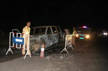 Tài xế bỏ đi khi ô tô 7 chỗ phát nổ, cháy trơ khung cùng xác pháo vương vãi