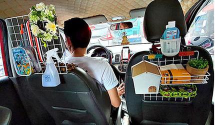 Dân mạng ngạc nhiên với 'gia tài' sau ghế lái của anh tài xế taxi Hà Nội