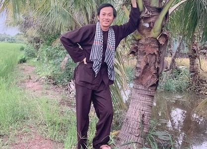'Lão nông' Hoài Linh lại diện áo bà ba, đeo khăn rằn đi thăm ruộng