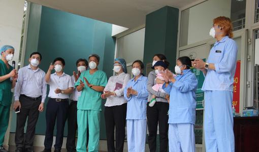 10 bệnh nhân Covid-19 được xuất viện, trong đó có bé gái 1 tuổi