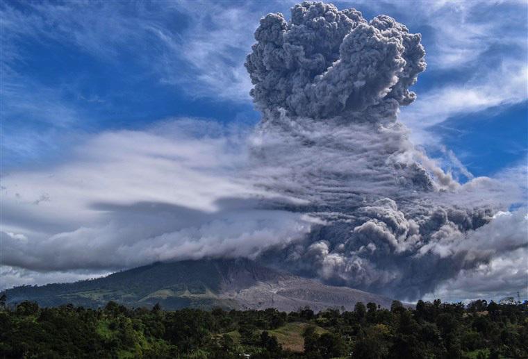 Núi lửa Sinabung ở Indonesia tiếp tục phun trào bắn cột tro cao 2km