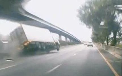 Hoảng hồn vì xe tải lật ngang giữa đường quốc lộ chỉ trong tích tắc