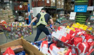 Người nghèo Canada nhận cứu trợ 7 container thực phẩm cao cấp