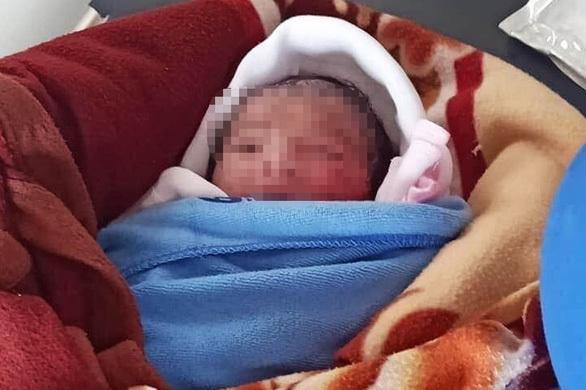 Bé gái sơ sinh bị bỏ rơi giữa ruộng lúc trời nóng 40 độ đã qua đời