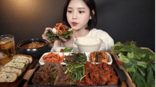Vlogger ẩm thực Trung Quốc nguy cơ bị phạt nặng vì lãng phí thức ăn