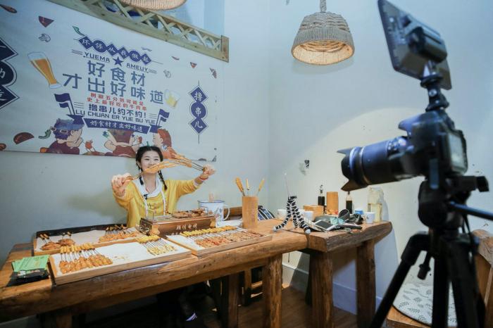 Vlogger ẩm thực Trung Quốc bị phạt vì lãng phí thức ăn