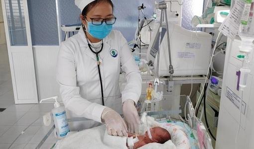 Cứu sống bé gái sinh non nặng 0,8 kg bị thủng ruột bẩm sinh