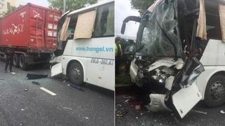 Tin tức tai nạn giao thông ngày 15/8: Tài xế xe khách ngủ gật, húc vào đuôi xe container